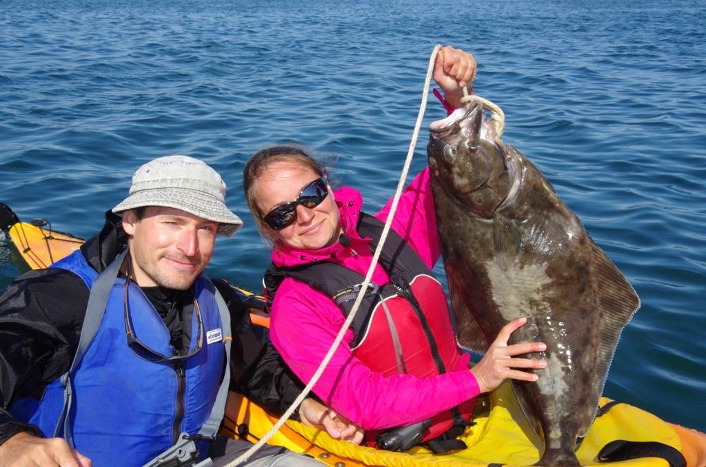 Maly halibut, ulovek projizdejiciho rybare