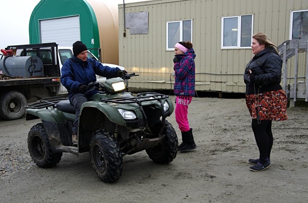 Eskymačky učí Michala řídit čtyřkolku